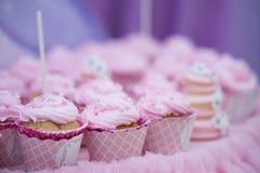 Kleine Kuchen mit rosa Sahne Selektiver Fokus Abschluss oben Süße geschmackvolle kleine Kuchen Lizenzfreie Stockfotos