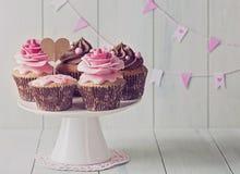 Kleine Kuchen mit rosafarbenen Blumen des Bonbons Stockfoto