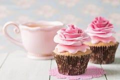 Kleine Kuchen mit rosafarbenen Blumen des Bonbons Lizenzfreies Stockfoto