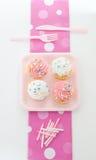 Kleine Kuchen mit rosafarbener Vereisung Stockfotografie