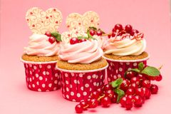 Kleine Kuchen mit roter Johannisbeere der Beeren stockfoto