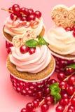 Kleine Kuchen mit roter Johannisbeere der Beeren lizenzfreie stockbilder