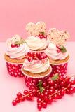 Kleine Kuchen mit roter Johannisbeere der Beeren stockfotografie