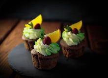 Kleine Kuchen mit Schokoladennachtisch lizenzfreie stockfotos