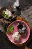 Kleine Kuchen mit tadellosen Blättern lizenzfreie stockfotografie