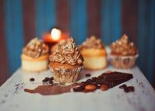 Kleine Kuchen mit Teepotentiometer und -cup Stockfotos