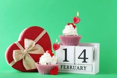 Kleine Kuchen mit Würfelkalender Lizenzfreie Stockfotos