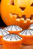 Kleine Kuchen mit Web Stockfotos