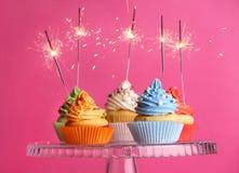 Kleine Kuchen mit Wunderkerzen Stockfotografie