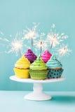 Kleine Kuchen mit Wunderkerzen Stockbilder