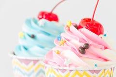Kleine Kuchen mit Zuckerglasur und Schokolade auf weißem Hintergrund Stockfoto