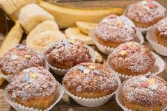 Kleine Kuchen, Muffins auf einem Holztisch Stockfotos