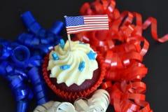 Kleine Kuchen oder Muffins verziert mit amerikanischer Flagge Stockfotografie