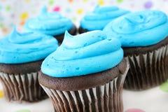 Kleine Kuchen und blaue Vereisung Lizenzfreie Stockfotografie