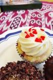 Kleine Kuchen und Buch Lizenzfreie Stockfotografie