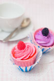 Kleine Kuchen und eine Teeschale lizenzfreie stockfotos