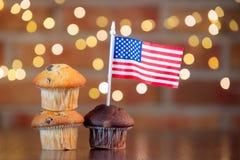 Kleine Kuchen und Flagge der Vereinigten Staaten lizenzfreie stockbilder
