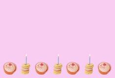 Kleine Kuchen und Geburtstagbiskuite Stockfotos