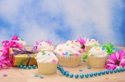 Kleine Kuchen und Geschenk mit Blume Stockbild