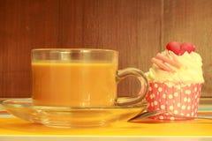 Kleine Kuchen und Kaffee Lizenzfreie Stockfotos