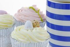 Kleine Kuchen und Kaffee Stockfotos