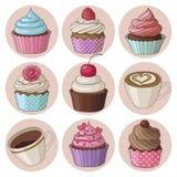Kleine Kuchen und Kaffee lokalisierter Satz Stockbild