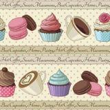 Kleine Kuchen und Kaffeemuster, hellgelb Lizenzfreie Stockfotos