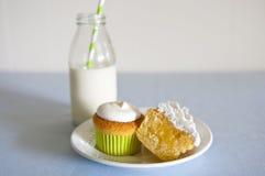 Kleine Kuchen und Milch Stockfotos
