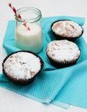 Kleine Kuchen und Milch Stockfoto