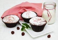 Kleine Kuchen und Milch lizenzfreie stockfotografie