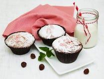 Kleine Kuchen und Milch stockbild