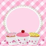 Kleine Kuchen und Rand auf rosafarbenem Gingham Lizenzfreies Stockfoto