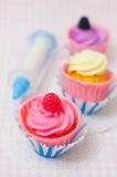 Kleine Kuchen und Süßigkeitenspritze Lizenzfreie Stockbilder