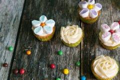 Kleine Kuchen verziert mit Buttercreme- und -eibischblumen stockfotos