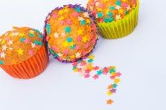 Kleine Kuchen verziert mit Sternen Stockbilder