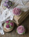 Kleine Kuchen verzierten mit Sahne Blumen lizenzfreies stockfoto