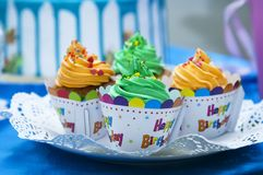 Kleine Kuchen, welche die Wörter 'buchstabieren, alles Gute zum Geburtstag ' stockbilder