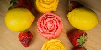 Kleine Kuchen und Früchte II Lizenzfreies Stockbild