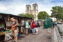 Kleine Kunst und Souvenirladen mit gehenden Touristen in Paris lizenzfreie stockbilder