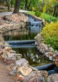 Kleine kunstmatige watervallen bij het park van de Bastionheuvel in Riga, Letland Stock Fotografie