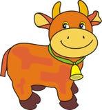 Kleine lächerliche Kuh mit Glocke auf grüner Brücke Stockbilder