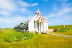 Kleine ländliche Kirche in der Landschaft - die italienische Kapelle, Großbritannien stockfoto
