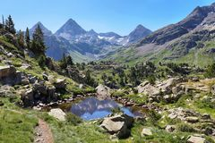 Kleine laggon dichtbij Respomuso-Meer in Tena Valley in de Pyreneeën, Huesca, Spanje royalty-vrije stock foto's