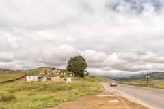 Kleine landbouwbedrijven met huizen en graangebieden dichtbij Bulwer stock afbeeldingen