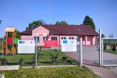 Kleine landelijke bibliotheek in Kaweczyn, Polen Stock Afbeelding