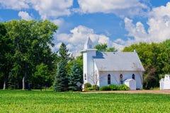 Kleine landwirtschaftliche Kirche Stockfotos