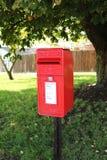 Kleine langwerpige rode postbox in het UK royalty-vrije stock foto's