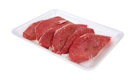 Kleine lapjes vlees op wit vleesdienblad Royalty-vrije Stock Fotografie