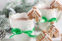 Kleine Lebkuchenhäuschen mit süßem Getränk für Weihnachten Stockbild