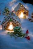 Kleine Lebkuchenhäuser im Schnee Lizenzfreie Stockfotografie